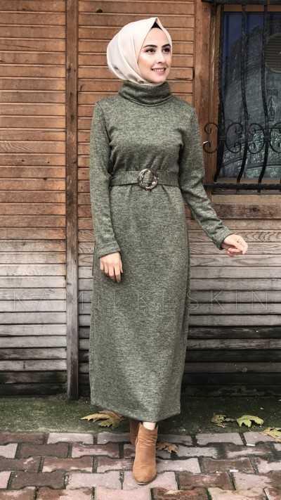 Kamil Keskin Kına Yeşili Tesettür Tokalı Elbise Modelleri